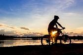 45116726-夕日の湖でバイカーのシルエット。